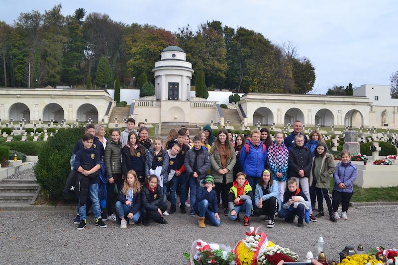 Światełka pamięci dla Polaków spoczywających nakresowych nekropoliach